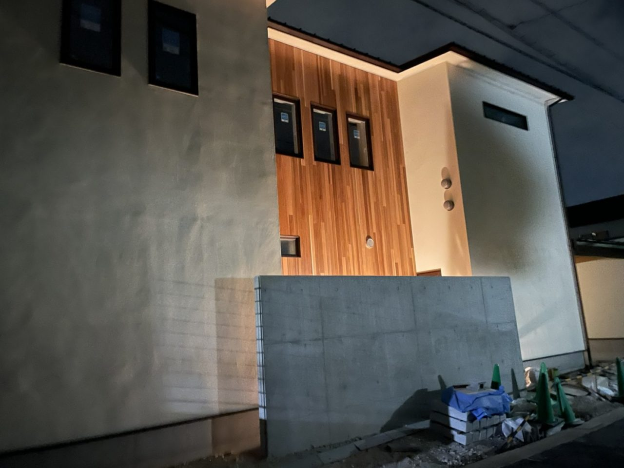 ベイスギ外壁、液体ガラス塗装の夜